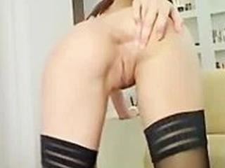 Knappe brunette is met haar grote roze dildo bezig