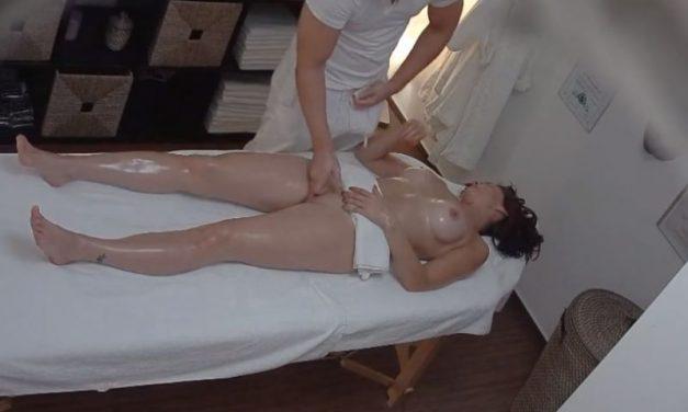 Masseur neukt mooie vrouw op de massagetafel