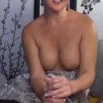 Mature milf met grote borsten is blind date aan het aftrekken