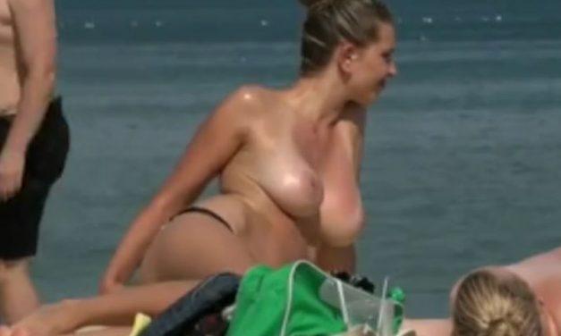Beach voyeur, grote topless tieten op het strand