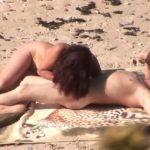 Sex op het strand met een geile tante, die haar neef pijpt en neukt