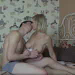 Lekkere blonde tiener, blond en grote tieten, heeft sex met haar vriend