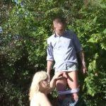 Blonde schoonmoeder met grote boezem heeft buitensex met haar schoonzoon
