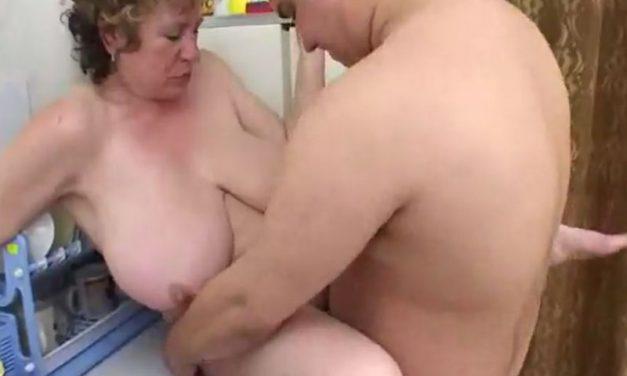 Mature Russische buurvrouw met grote borsten heeft sex met dikke buurjongen