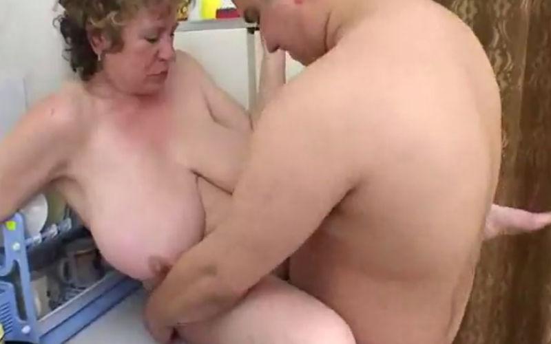 Rijpere dame ontvangt thuisontvangst amsterdam noord