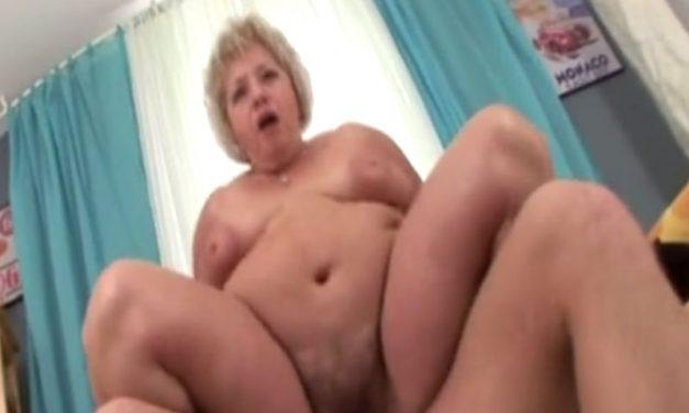 Geile dikke oma met lekkere hangtieten, laat haar kut volspuiten