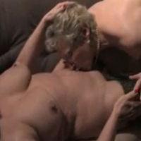 Lesbische oma's hebben seks op de bank