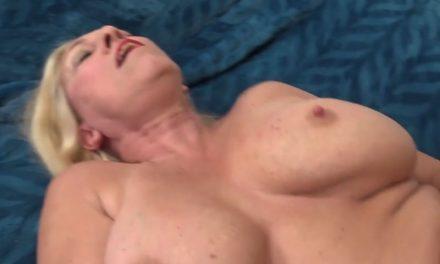 Geile mature milf laat zich tussen haar tieten neuken