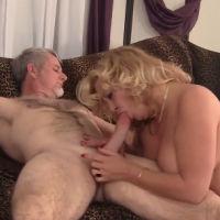 Mature blonde buurvrouw laat haar mond volspuiten door haar buurman