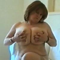 Oma met enorme grote borsten doet striptease en masturbeert