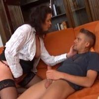 Geile mature huisvrouw heeft seks met jongeman