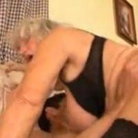 Geile oma geniet nog steeds van lekkere seks