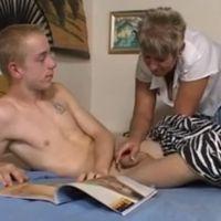 Oma betrapt haar stiefzoon terwijl die aan het masturberen is