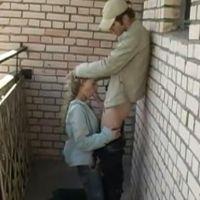 Russische tiener is haar vriend buiten aan het pijpen