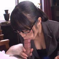 Geile Japanse kantoorslet pijpt haar baas op het werk