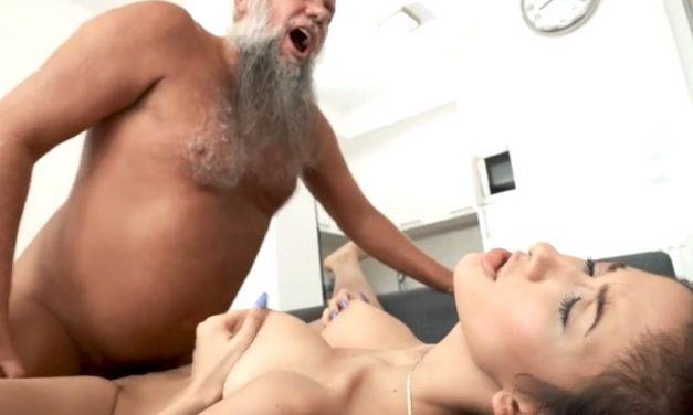 Geile oude opa heeft seks met een hete tiener