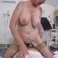 Oma met grote tieten wordt door haar huisarts geneukt