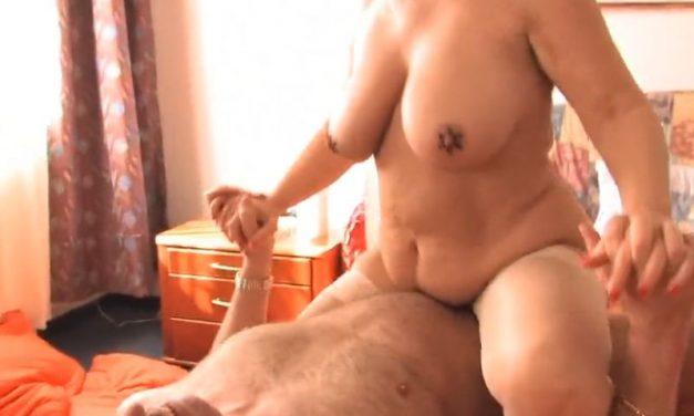 Stiefoma met grote borsten betrapt hem als hij zich aan het aftrekken is