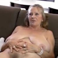 64-jarige oma met grote hangtieten laat alles zien
