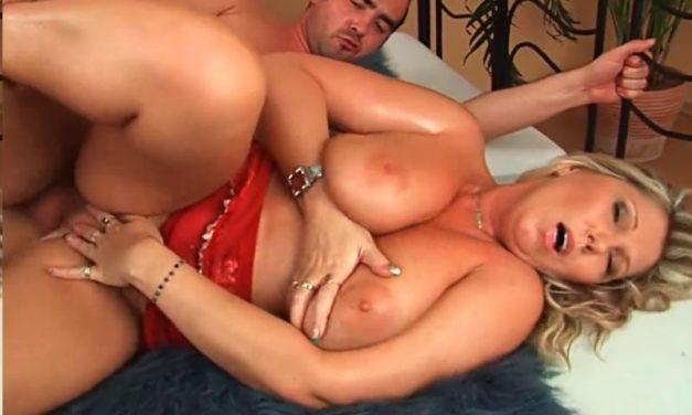 Geile mature echtgenote met grote borsten is haar man aan het verwennen