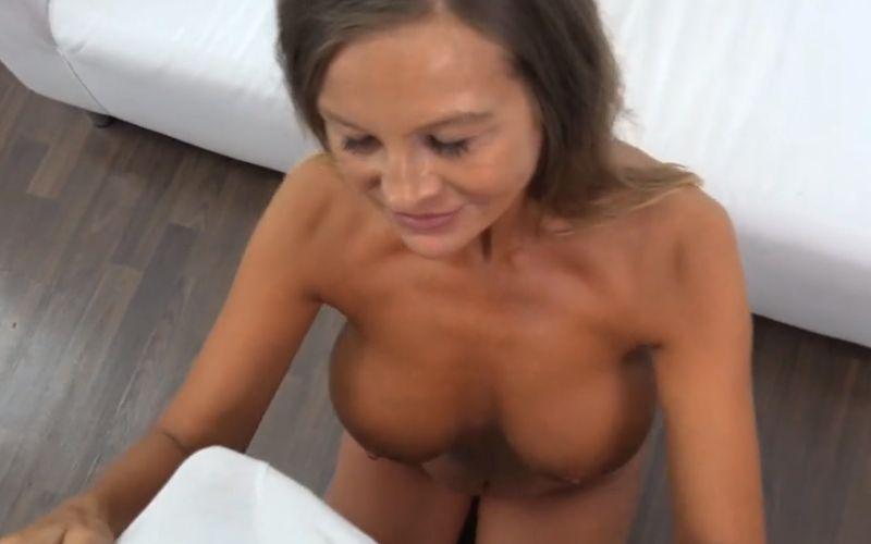 Knappe Tsjechische mature milf doet een casting voor een pornovideo