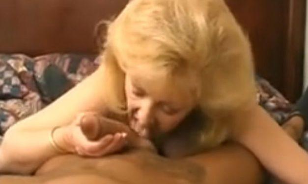 Knappe oma met grote borsten heeft seks met haar jongere buurman
