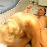 Duitse geile blonde oma heeft seks in de badkamer