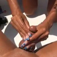 Een geile milf trekt haar man af op een boot