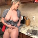 Blonde huisvrouw met grote borsten gaat vreemd bij het leven