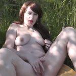 Geile amateur vrouw is aan het masturberen bij het meer