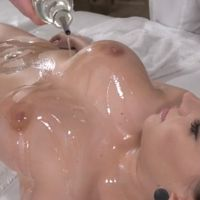 Duitse vrouw, grote tieten, wordt geneukt door haar masseur