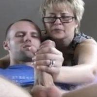Oudere huisvrouw geilt op grote pik van buurjongen