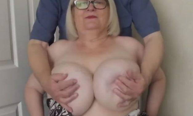 De jongere vriend van Mature Sally is verzot op haar grote memmen