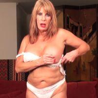 Mature lady neukt zichzelf met een enorme dildo