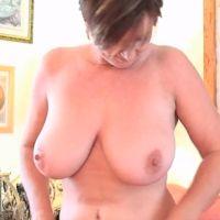 Stijlvolle knappe oma, grote tieten, houdt haar panty's en jarretels aan