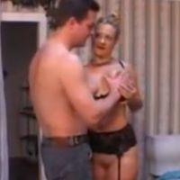 Amateur huisvrouw in sexy lingerie heeft seks met de loodgieter