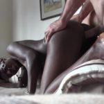 Donkere vrouw met grote borsten doet een porno casting