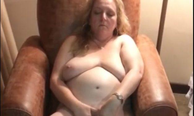 Mature huisvrouw met grote hangtieten vingert zichzelf naar een orgasme