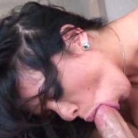 Geile milf met grote tieten heeft uitgebreide seks op de bank