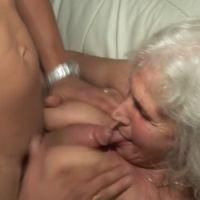 Geile oude oma maakt haar eerste pornovideo
