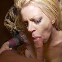 Geile blonde seksmoeder krijgt zijn zaad op haar grote tieten gespoten