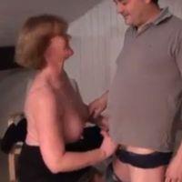 Mature secretaresse, grote borsten, wordt in haar kont geneukt