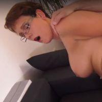 Moeder met grote tieten houdt van anale sex